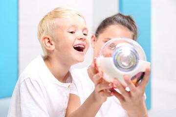 Fototapeta Uśmiech dziecka. Dzieci oglądają model oka w laboratorium szkolnym. obraz