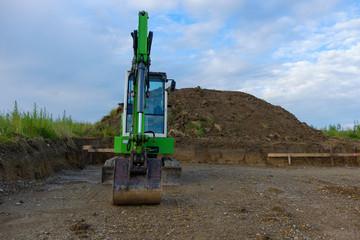 Neubaugebiet grüner Raupenbagger