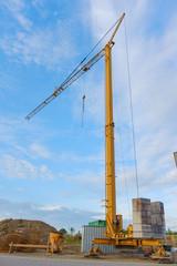 gelber Turmkran Neubaugebiet