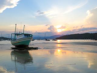 Barco no mar de Porto Belo ao entardecer
