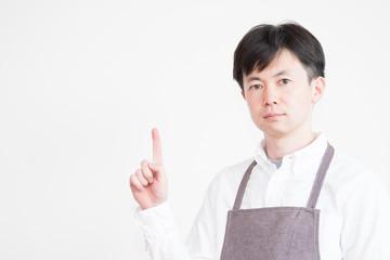 エプロンを着た男性(カフェ・ウェイター・白バック)