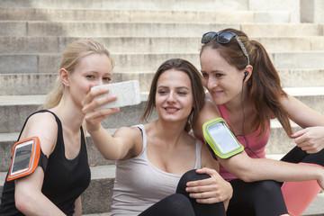 Drei Frauen machen Selfie