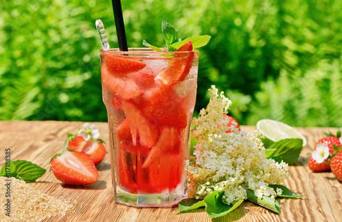 cocktail mit erdbeeren holunderbl tensirup und limette photo libre de droits sur la banque d. Black Bedroom Furniture Sets. Home Design Ideas