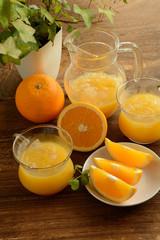 オレンジとオレンジジュース 木目背景