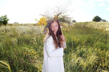 девушка в в поле с венком в белой рубашке