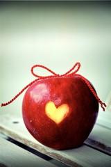 Grußkarte - roter Apfel mit Herz