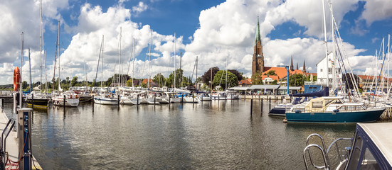Panorama von der Marina im Hafen von Schleswig und dem Dom im Hintergrund