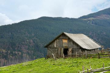 Foto op Plexiglas Heuvel Old single house in mountains