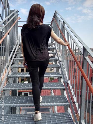 Donna che sale le scale for Sedia elettrica che sale le scale