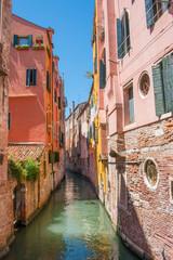 Venise petit canal étroit maisons colorées