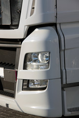 Scheinwerfer moderner Lastwagen