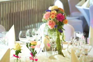 Obraz pięknie nakryty stół - stół weselny z piękną kompozycją kwiatową . - fototapety do salonu