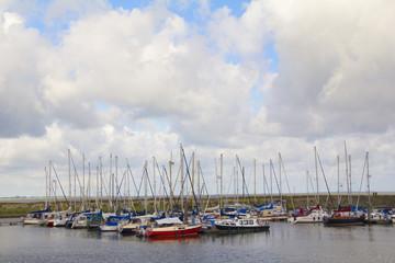 Segelboote vor Anker im Hafen