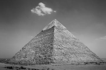 Widok na piramidy w Gizie. Egipt. Kair. Czarno-białe zdjęcie. - 117387120