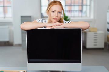 frau stützt sich auf computer-bildschirm