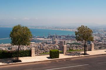 Israele: vista panoramica di Haifa dal Monte Carmelo il 2 settembre 2105. Haifa è la terza città più grande d'Israele, ci convivono arabi ed ebrei