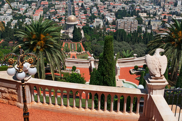 Israele: vista panoramica di Haifa e dei Giardini pensili Bahai il 2 settembre 2015. I Giardini pensili Bahai sono uno dei luoghi di culto della religione monoteistica di origine iraniana Bahai