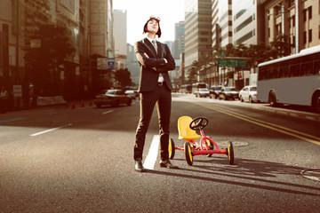 Geschäftsmann mit Kettcar in der Stadt