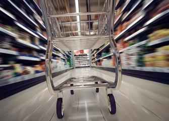 im Supermarkt Lebensmittel einkaufen mit Einkaufswagen