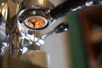Fototapeta espresso pouring from bottomless portafilter obraz