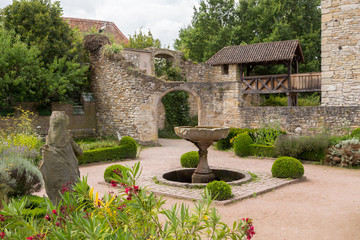 Cour du château et fontaine