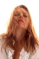 Frau fallen die Haare ins Gesicht