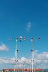夏空と空港の進入灯