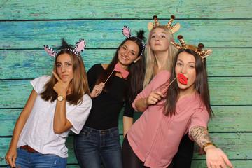 Junge Frauen haben Spaß mit einer Fotobox - Mädchen mit Zebra und Giraffenohren