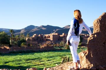 femme qui visite des villages et fait du tourisme