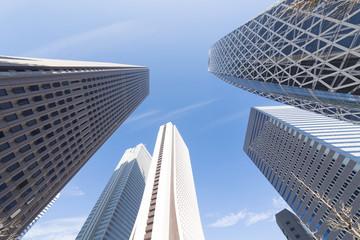 新宿高層ビル街 快晴 青空 新緑 超広角で見上げる
