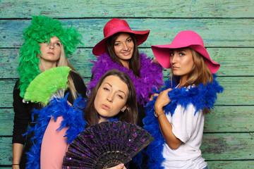 Elegante Damen vor einer Fotobox - Frauengruppe mit Photobooth