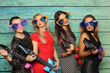 Mädchenband mit Plastikgitarren - Photo Booth Party