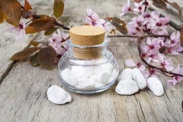 Schuessler Salze auf atem Tisch mit Kirschblüten
