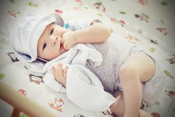 zahnendes liegendes baby