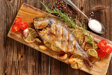 Foto auf AluDibond Fisch Grilled fish on the table
