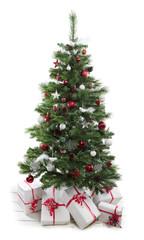 Geschmückter Kunstchristbaum als Freisteller mit Geschenke