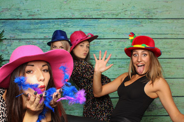Freche junge Frauen vor einer Fotobox - Photo Booth Party
