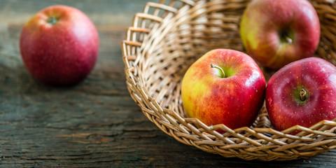 Braeburn Äpfel im Korb auf Holz