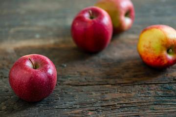 Braeburn Apfel auf Holz