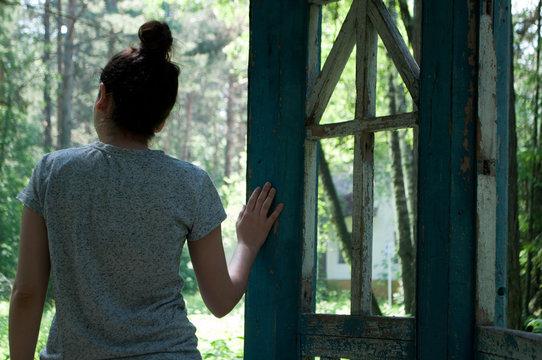 Девушка в беседке в лесу