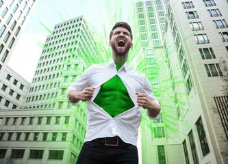 Schreiender Mann mit grüner Brust