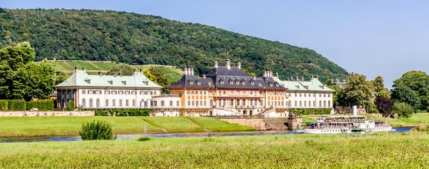 Pillnitzer Schloss mit Raddampfer in der Elbe