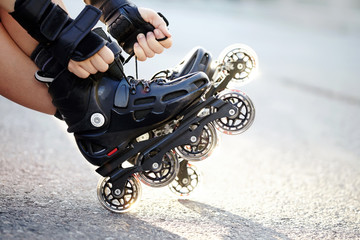 Setting of laces on roller skates