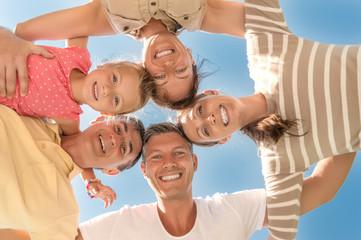 Familie zusammen im Sommer