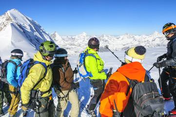 Freerider stehen staunend vor der überwältigenden Kulisse von Matterhorn und Dufourspitze