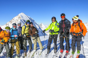 Eine Gruppe Skifahrer posiert vor Matterhorn und Dufourspitze