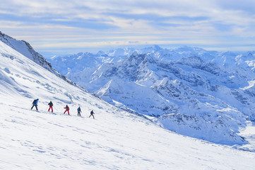 Abfahrt am Seil über einen spaltendurchsetzten, gefährlichen Gletscher