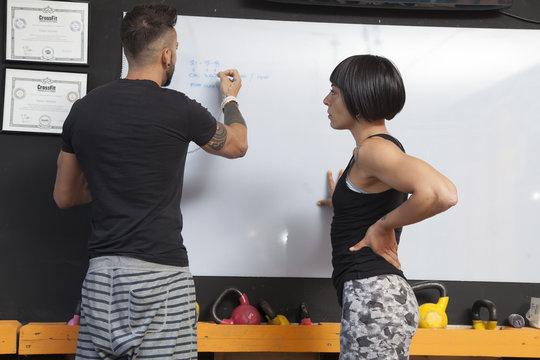 allenatore insegna all'atleta