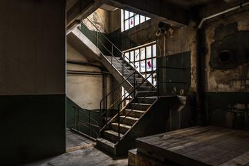 Alte Treppe in verlassener Fabrik, urban