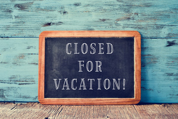 text closed for vacation in a chalkboard